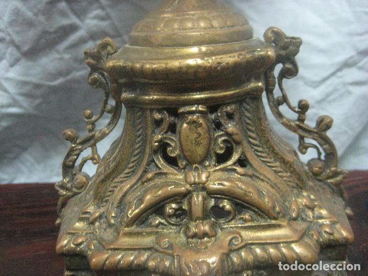 Antigüedades: PRECIOSA PAREJA DE CANDELABROS ISABELINOS EN BRONCE CINCELADO EXCELENTE PIEZA DE DECORACION, RAROS - Foto 14 - 125308983