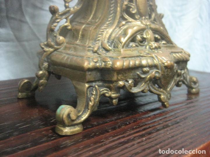Antigüedades: PRECIOSA PAREJA DE CANDELABROS ISABELINOS EN BRONCE CINCELADO EXCELENTE PIEZA DE DECORACION, RAROS - Foto 18 - 125308983