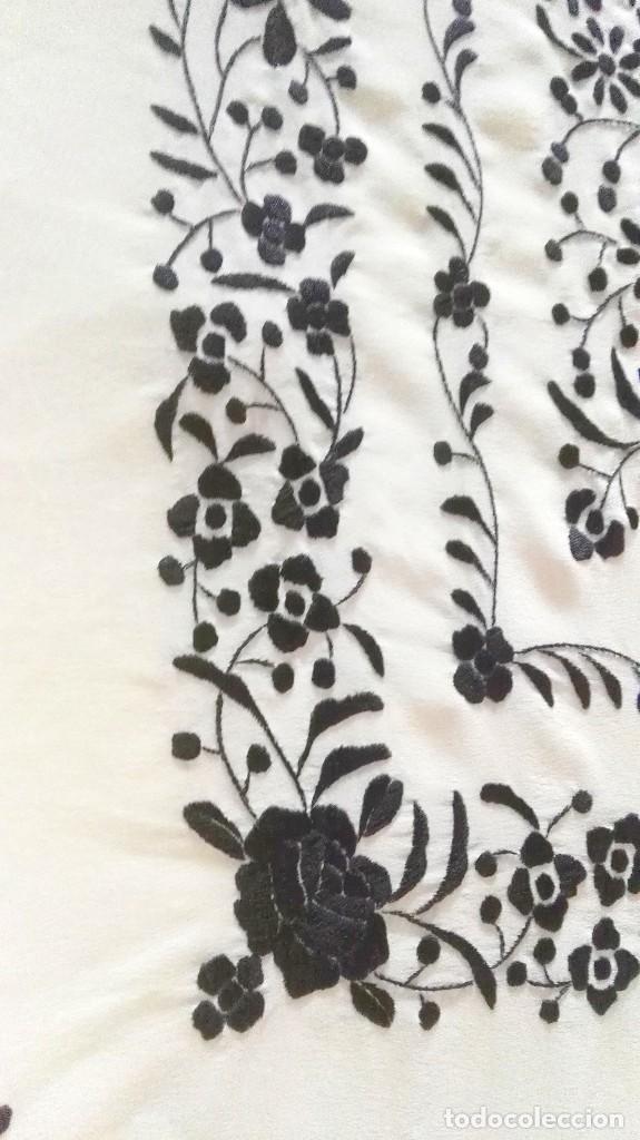 Antigüedades: Elegante manton blanco y negro con bello bordado - Foto 2 - 121299795