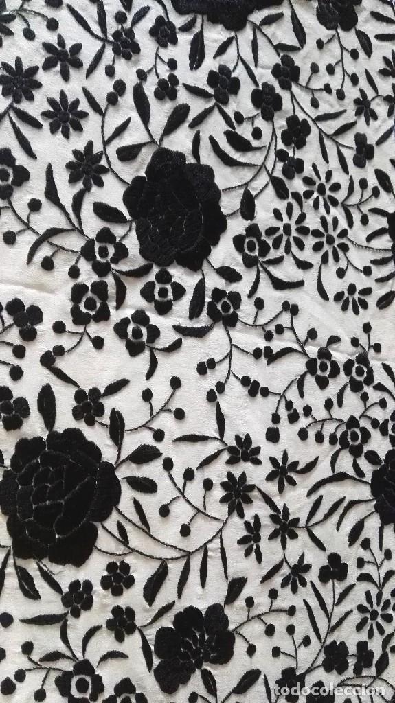 Antigüedades: Elegante manton blanco y negro con bello bordado - Foto 4 - 121299795