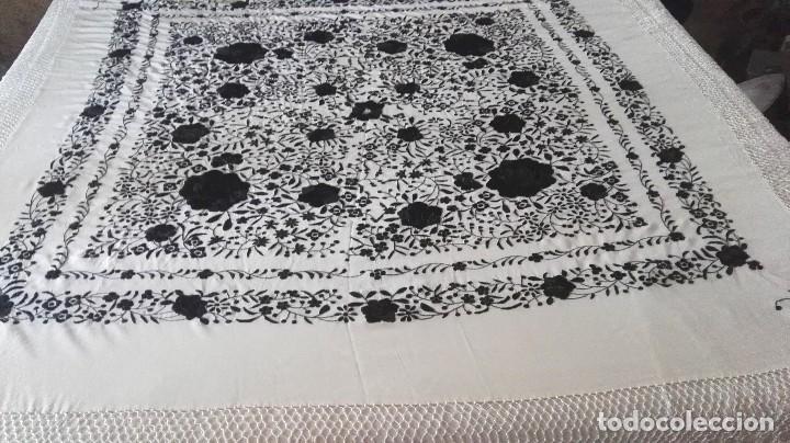 Antigüedades: Elegante manton blanco y negro con bello bordado - Foto 5 - 121299795