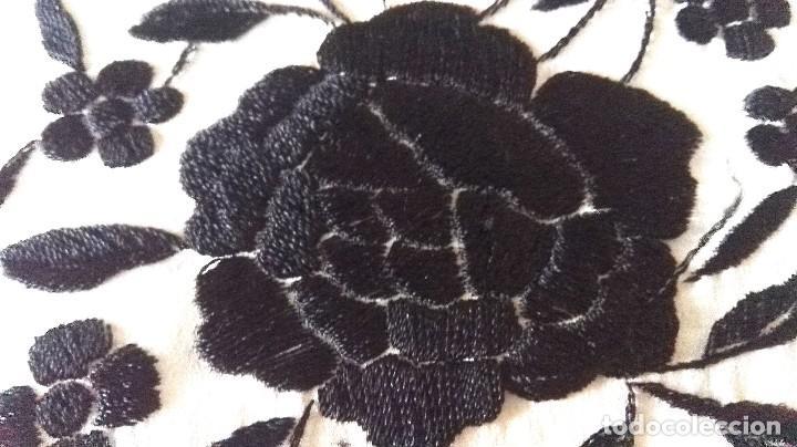 Antigüedades: Elegante manton blanco y negro con bello bordado - Foto 6 - 121299795