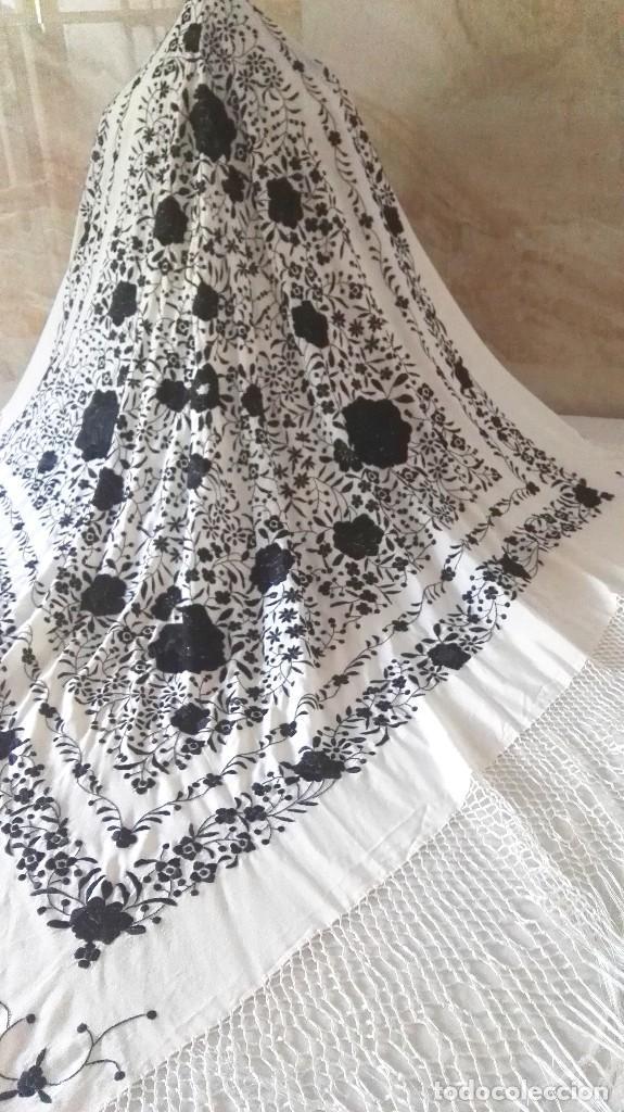 Antigüedades: Elegante manton blanco y negro con bello bordado - Foto 9 - 121299795