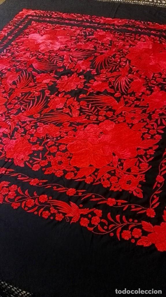 Antigüedades: Exhuberante mantón rojo sobre negro de Rosas grandes y Pájaros - Foto 5 - 121299943