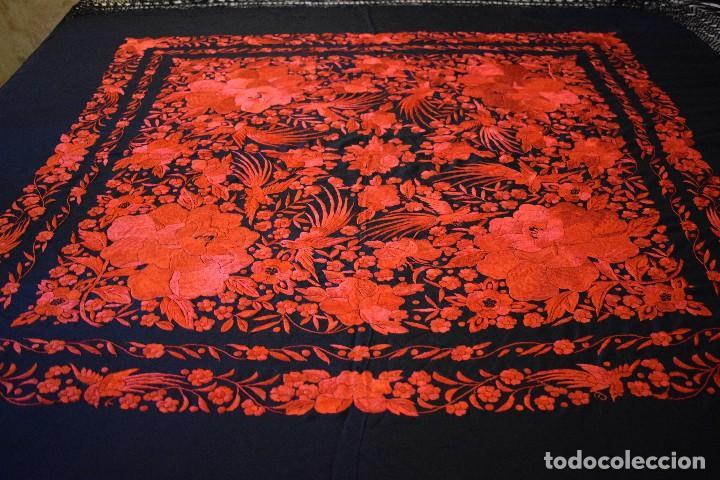 Antigüedades: Exhuberante mantón rojo sobre negro de Rosas grandes y Pájaros - Foto 6 - 121299943