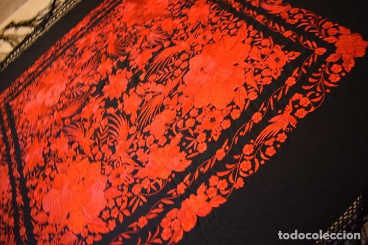 Antigüedades: Exhuberante mantón rojo sobre negro de Rosas grandes y Pájaros - Foto 8 - 121299943