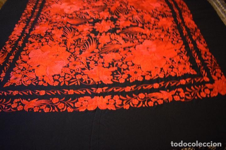 Antigüedades: Exhuberante mantón rojo sobre negro de Rosas grandes y Pájaros - Foto 9 - 121299943