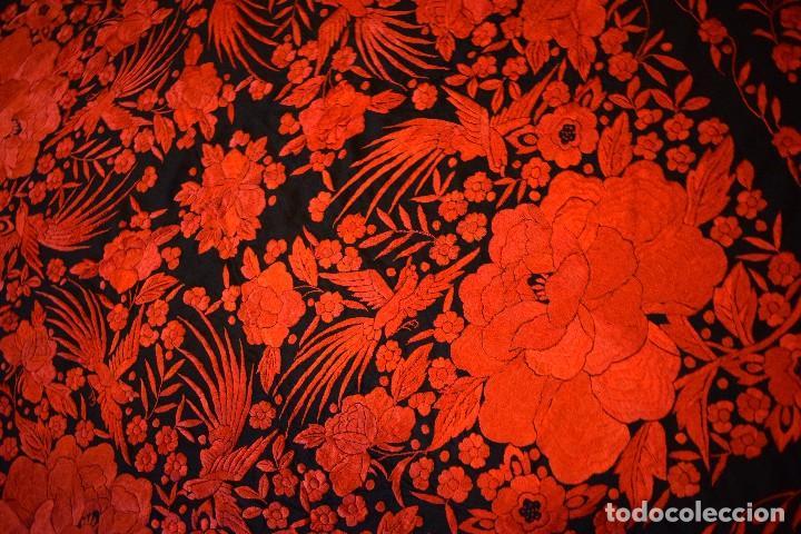 Antigüedades: Exhuberante mantón rojo sobre negro de Rosas grandes y Pájaros - Foto 10 - 121299943