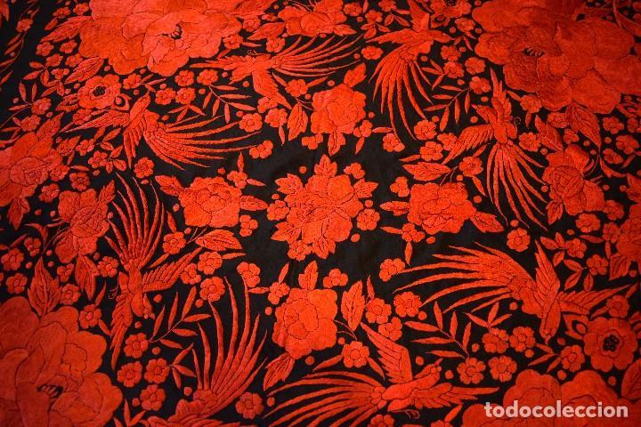 Antigüedades: Exhuberante mantón rojo sobre negro de Rosas grandes y Pájaros - Foto 11 - 121299943