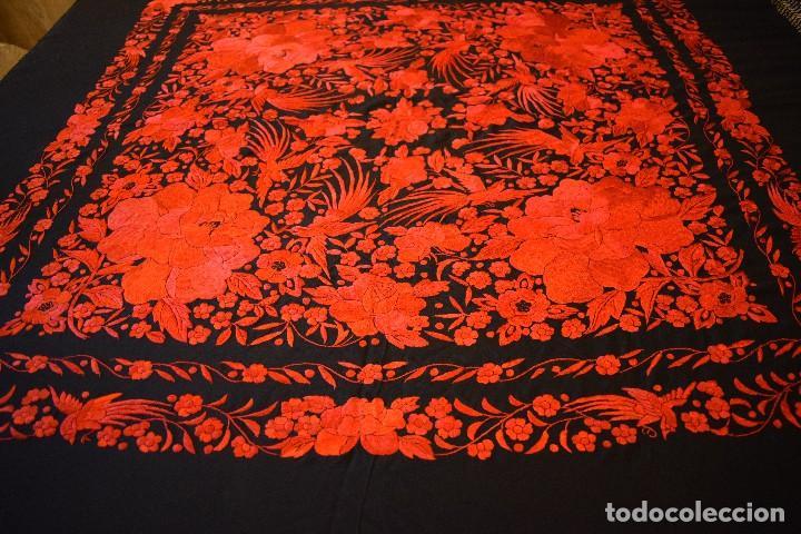 Antigüedades: Exhuberante mantón rojo sobre negro de Rosas grandes y Pájaros - Foto 13 - 121299943
