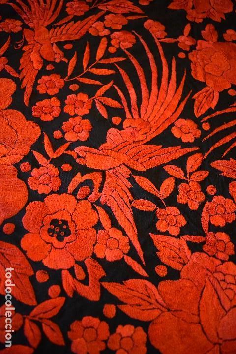 Antigüedades: Exhuberante mantón rojo sobre negro de Rosas grandes y Pájaros - Foto 12 - 121299943