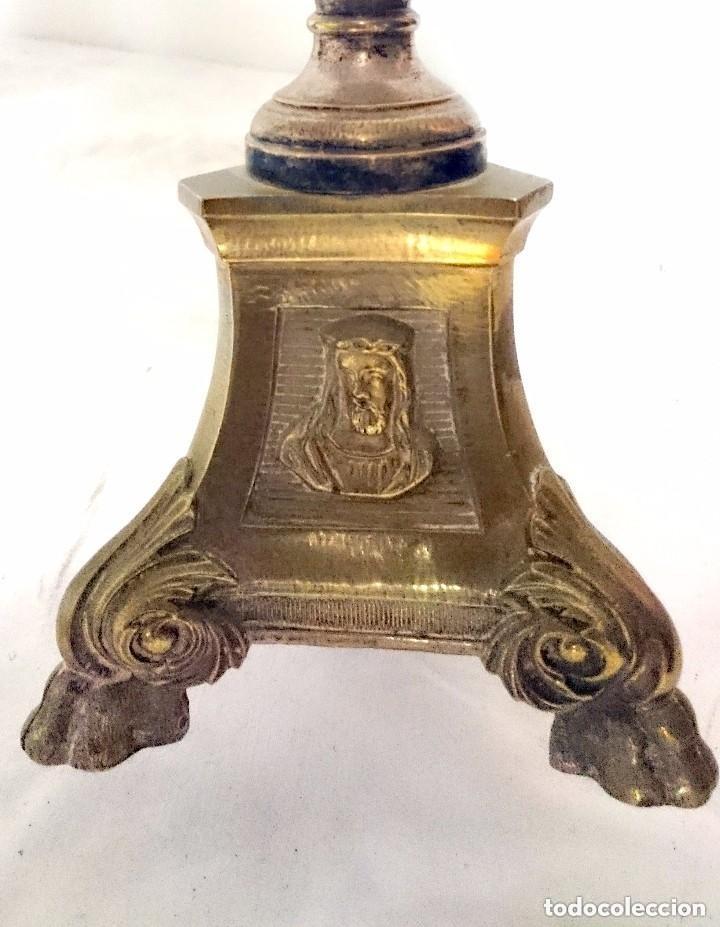 Antigüedades: Antiguo candelabro, cirial, hachero bronce con baño de plata. Siglo XIX. 44 cm de altura. Con caras. - Foto 2 - 121347603