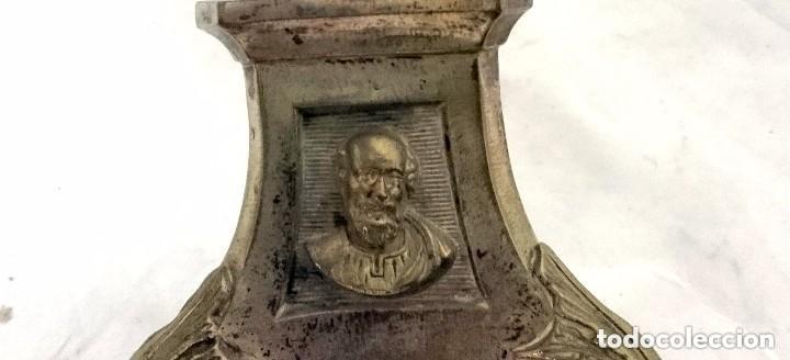 Antigüedades: Antiguo candelabro, cirial, hachero bronce con baño de plata. Siglo XIX. 44 cm de altura. Con caras. - Foto 3 - 121347603