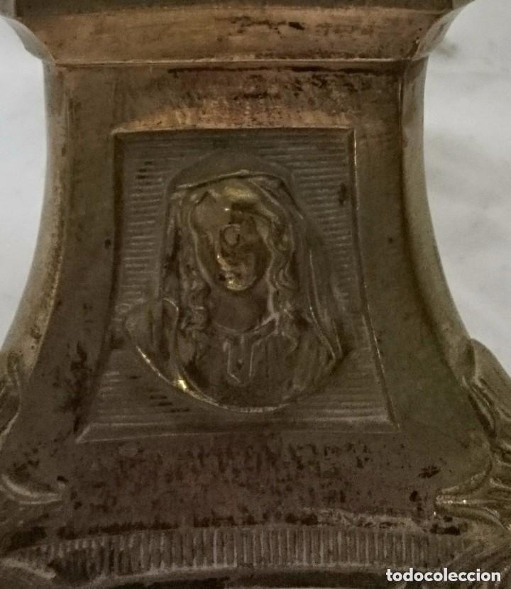 Antigüedades: Antiguo candelabro, cirial, hachero bronce con baño de plata. Siglo XIX. 44 cm de altura. Con caras. - Foto 4 - 121347603