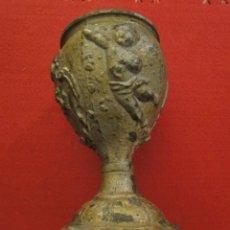 Antigüedades: ANTIGUO CÁLIZ DE CALAMINA CON ORNAMENTOS FLORALES Y DOS ÁNGELES. 19X12 CM. Lote 121348967