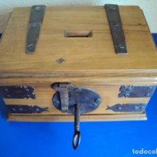 Antigüedades: (ANT-180509)ANTIGUO RELICARIO DE MADERA DE ALBA - FUNCIONA LA CERRADURA. Lote 121353611