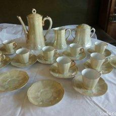 Antigüedades: JUEGO CAFE, DIEZ TAZAS, 12 PLATILLOS, LE FALTA EL ASITA AL AZUCARERO, DEFECTOS EN DORADOS. Lote 121367564