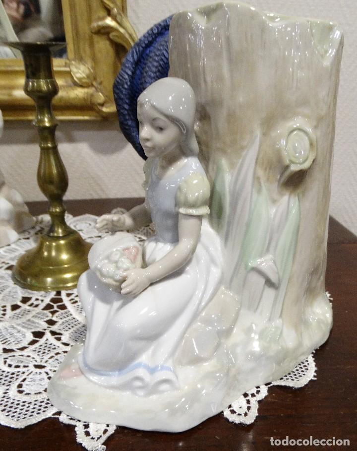 JARRÓN DE PORCELANA CON NIÑA SENTADA. (Antigüedades - Porcelanas y Cerámicas - Otras)
