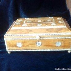 Antigüedades: CAJA DE SOBREMESA EN MADERA E INCRUSTACIONES DE HUESO. Lote 121449211