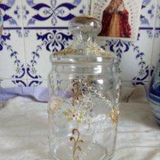 Antigüedades: ANTIGUO TARRO DE CRISTAL MUY FINOY FLORES EN DORADO PESA MUY POCO. Lote 121510448