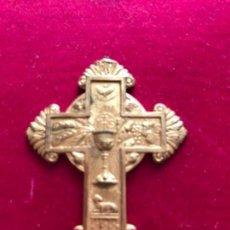 Antigüedades: ANTIGUA CRUZ DE BRONCE CON ELEMENTOS EUCARÍSTICOS . Lote 121511359