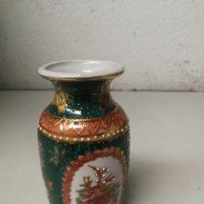 Antigüedades: PEQUEÑO JARRON EN PORCELANA CHINA DECORADO A MANO CON RELIEVES ALTURA 11 CM SELLADO. Lote 121523311