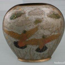 Antigüedades: ANTIGUO JARRON DE BRONCE CINCELADO CON ARTISTICOS RELIEVES AVES PINTADO A MANO. Lote 121530667