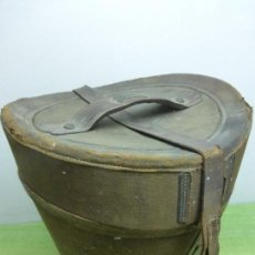 Antigüedades: ANTIGUA SOMBRERA DE PIEL CON SOMBRERO DE COPA ORIGINAL - PRINCIPIOS DEL XX. Lote 121543867