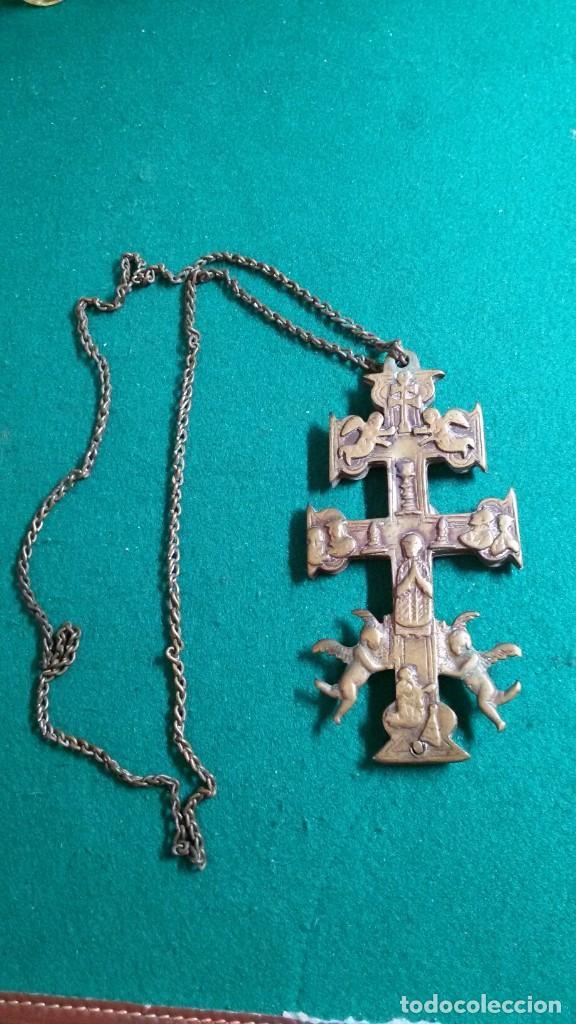 CRUZ DE CARAVACA CON SU CADENA ORIGINAL BRONCE S.XVIII PERFECTO ESTADO PRECIOSA PATINA (Antigüedades - Religiosas - Crucifijos Antiguos)