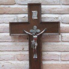 Antigüedades: CRUCIFIJO ANTIGUO CON CRUZ DE MADERA Y CRISTO EN COBRE.. Lote 148559769
