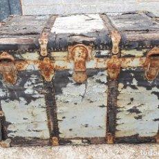 Antigüedades: BAÚL DE VIAJE AMERICANO, 82 X 55 X 52 CM, A RESTAURAR. Lote 121655895