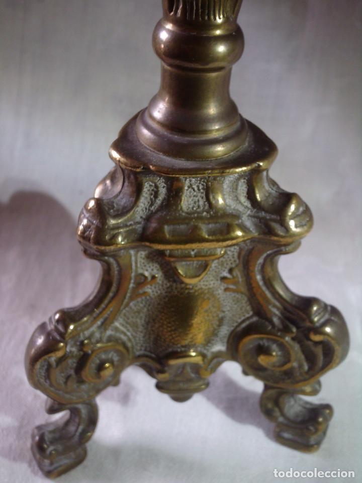 ANTIGUO CANDELABRO - VELON DE ALTAR S.XIX DE BRONCE LABRADO (Antigüedades - Religiosas - Orfebrería Antigua)