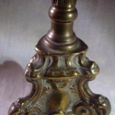 Antigüedades: ANTIGUO CANDELABRO - VELON DE ALTAR S.XIX DE BRONCE LABRADO. Lote 121667119