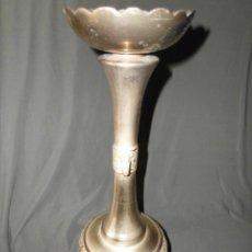 Antigüedades: GRAN PORTAVELAS DE BRONCE CINCELADO. Lote 121671383