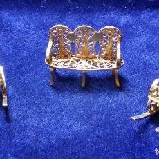 Antigüedades: 2 MECEDORAS Y TRESILLO EN MINIATURA REALIZADO EN PLATA DE FILIGRANA SOBREDORADA - DE VITRINA . Lote 121675583