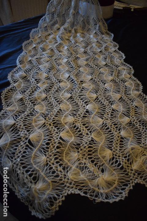 Antigüedades: Maravillosa mantilla pelerina blanca lana pelo cabra ideal para chal novia o evento. Manton lana - Foto 2 - 121676515
