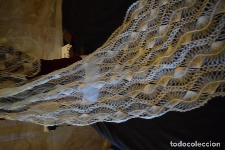 Antigüedades: Maravillosa mantilla pelerina blanca lana pelo cabra ideal para chal novia o evento. Manton lana - Foto 3 - 121676515