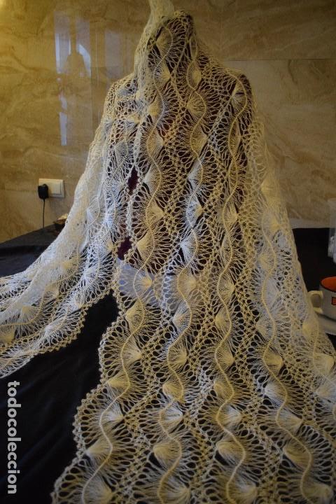 Antigüedades: Maravillosa mantilla pelerina blanca lana pelo cabra ideal para chal novia o evento. Manton lana - Foto 10 - 121676515