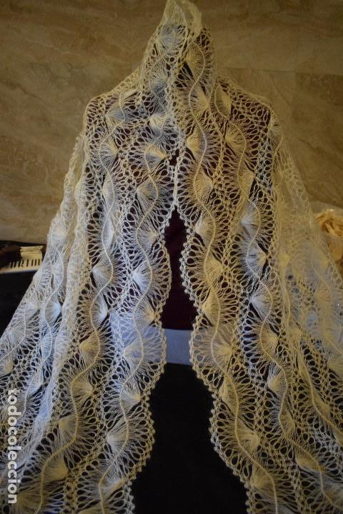 Antigüedades: Maravillosa mantilla pelerina blanca lana pelo cabra ideal para chal novia o evento. Manton lana - Foto 11 - 121676515