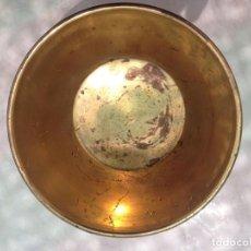 Antigüedades: ANTIGUO CUENCO RECIPIENTE, PEQUEÑA JARDINERA MACETERO EN BRONCE CON SOPORTE. Lote 121682495