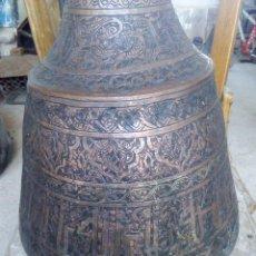 Antigüedades: ANTIGUO RECIPIENTE DE GRAN TAMAÑO ÁRABE PARA AGUA O ACEITE TODO TALLADO A MANO EN COBRE PESO 6 KG. Lote 149302581