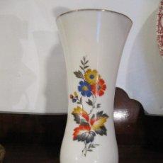 Antigüedades: GRACIOSO JARRON O FLORERO EN OPALINA DECORADO CON FLORES. Lote 121797075