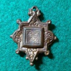 Antigüedades: BONITO PINJANTE ADORNO MEDIEVAL DE CABALLERIA, RESTOS DORADOS. Lote 121859183