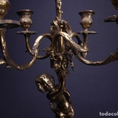 Antigüedades: PAREJA DE CANDELABROS DE CINCO PORTAVELAS Y FIGURA DE QUERUBIN. Lote 121861759