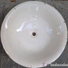 Antigüedades: ANTIGUA JOFAINA O PALANGANA DE AGUAMANIL DE PORCELANA BLANCA. 40 CM DE DIÁMETRO. Lote 121975299