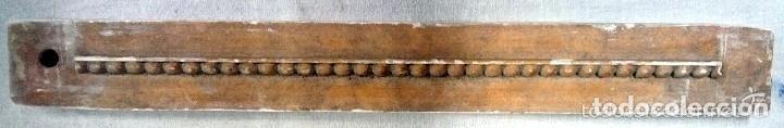 ANTIGUA MOLDURA DE ESCAYOLA, REPRESENTA MOTIVOS DE DECORACIÓN DE ARTESONADO. VER FOTOS.. (Antigüedades - Hogar y Decoración - Figuras Antiguas)