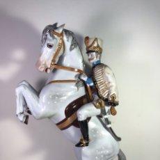 Antigüedades: FIGURA PORCELANA- ÁLVAREZ- JINETE CABALLO RAMPANTE- 30 CM. Lote 121985086
