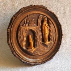 Antigüedades: BONITO ORNAMENTO EN MADERA CIRCULAR CON VIRGEN 19.5 CM DIAMETRO. Lote 121988219