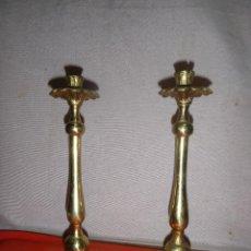 Antigüedades: PAREJA DE CANDELABROS METAL. Lote 122027983
