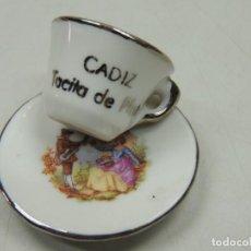 Antigüedades: VINTAGE TAZA DE CAFE MINIATURA DE PORCELANA PIEZA DE DECORACIÓN. Lote 122045751
